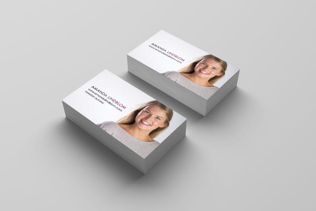 Amanda Lindblom visitkort framsida 4 Alexa Produktion