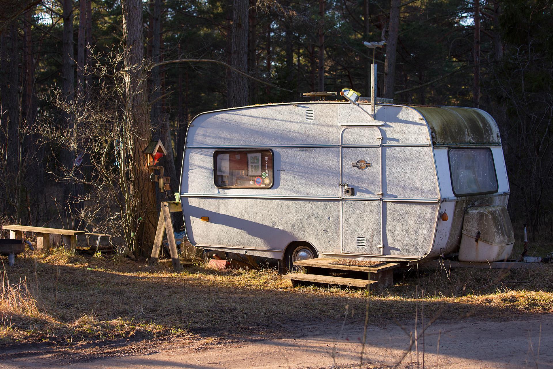 Jakt häftig husvagn i skogen Alexa Produktion