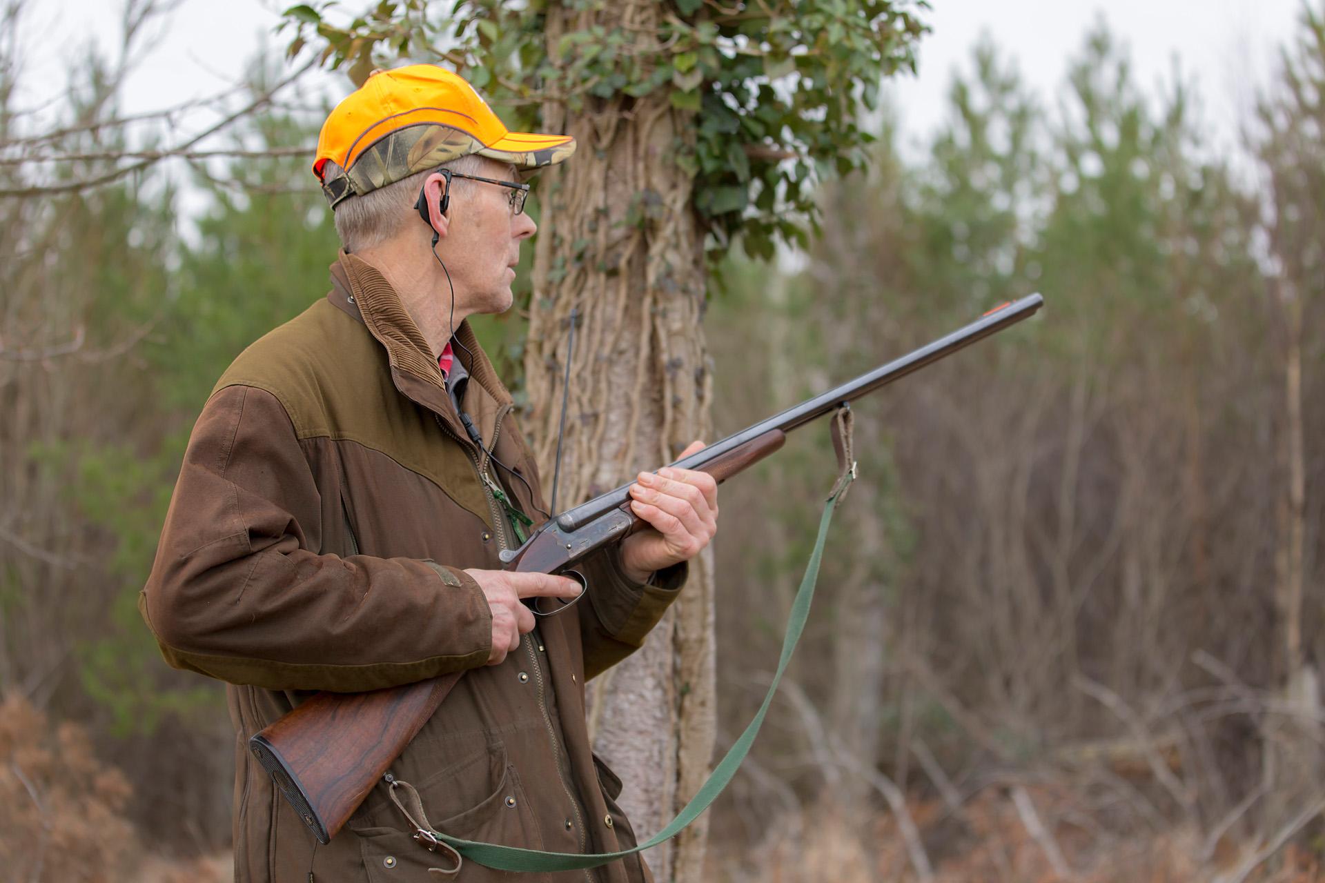 Jakt håller gevär Alexa Produktion